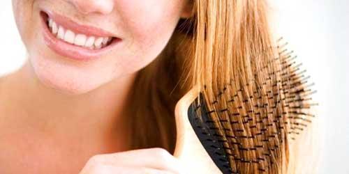 cepillandose el cabello